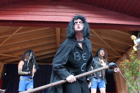 Publikum ble blant annet servert Black Metal som del av en rikholdig underholdningsmeny signert Humorkameratene.