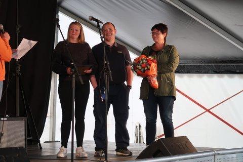 Butikk1-Joker Ballstad ble kåret til Årets Ballstadværing. Reidun Wangsvik (t.v.), Robin Berg og Mona Wangsvik, mottok diplom og blomster under avslutningen av årets Ballstaddagan.