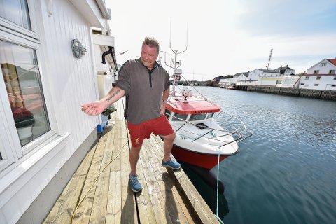 """Nytt navn: - Du kan gjette hva det nye navnet på sjarken blir! Holger Pedersen er svoren Liverpool-supporter, oig det skal vises når han skal fiske med sjarken """"YNWA"""". Det velkjente slagordet er også tatovert inn på underarmen."""