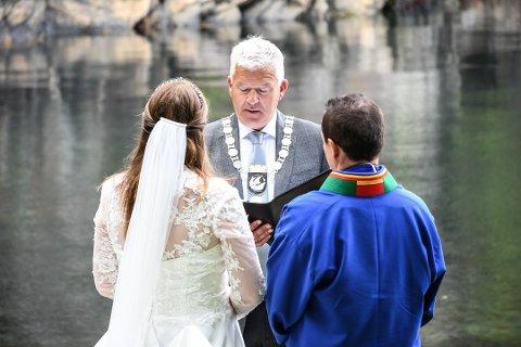 VIELSE: Jone Blikra viet Elin Pettersen og Hugo Hestnes på Berg. Klikk på pilene eller sveip for å se flere bilder fra vielsen. Foto: Jeanette Brubakken