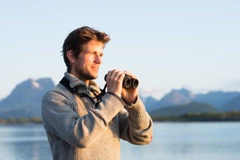 MAT FOR FUGL OG FISK: Ornitolog Oddvar Heggøy forteller at silen er en nøkkelart i økosystemet.