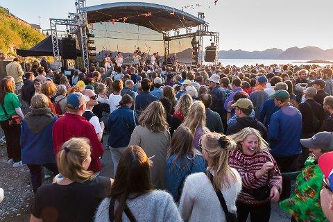 OVERRASKELSE: Sondre Justad kom på scenen med Fagernes Yacht Klubb for å spille på en sang.
