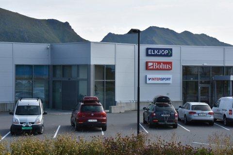 Stenger dørene: Gunnar Olsen ved Elkjøp på Leknes forklarer at de kommer til å stenge butikken i tidsperioden 13.00 til 18.00 torsdag. Det samme gjelder Intersport og Bohus, forklarer han.