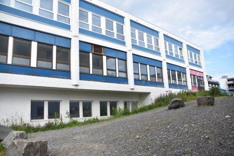 Vågan kulturskole vil fortsatt holde til i øverste etasje her fra skolestart i høst inntil byggearbeidene ved Svolvær skole er ferdige.