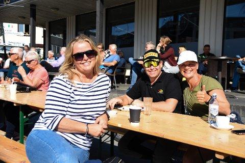 Folk koste seg i sola i Solvær. f.v. Hilde Bøskmann, Olav Morten Hagen og Ellen Jendal, raskeste kvinner under akvatlon fredag. Hun skal også delta på triatlon lørdag.