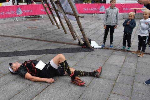 Sliten: Remi Hanssen var veldig sliten etter å ha fullført ekstremdistansen i Lofoten Triathlon.