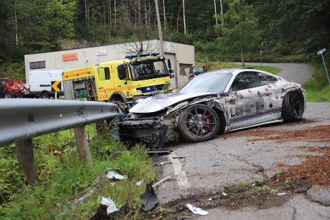 Porschen fikk store skader i ulykken på Ringeriksveien. Foto: Pia Vinningland