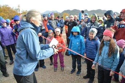 Åpning: Rundt 200 fornøyde smil var ved gapahuken ved Storvannet da varaordfører i Vestvågøy, Anne Sand, klippet snoren og erklærte Ballstad turvei for åpnet.