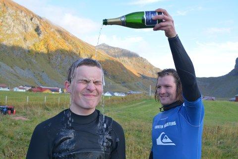 Vinner: Attenåringen Anker Olsen Frantzen fra Ballstad tok sin første seier i Lofoten Masters på lørdag da han vant klassen longboard, og her får han en champagnedusj av Matti Koskinen som kapret andreplassen.