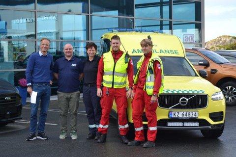 Både Bil i Nord, initiativtaker Andrè Rosengren Bendiksen og Ambulansetjenesten håper at mange vil bidra til innsamlingsaksjonen. Fra venstre: Thor Drechsler, Andrè Rosengren Bendiksen, Britt Rønning, Jøran Fjellgård og Svein Inge Paulsen.