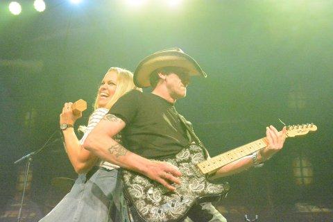 LAGER LIV: Hilljacks er kjent som et drivende dyktig band, som også lager liv. Her er vokalist Karina Kvernes og gitarist Ronnie Pettersen i det lekne hjørnet.