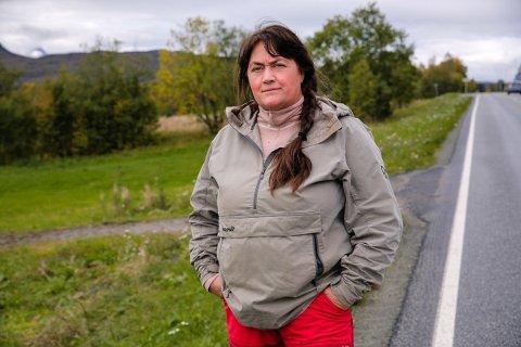 ENKE: Ann Kristin Lilleeggen Mortensen ved ulykkesstedet der mannen hennes omkom. Nå aksjonerer hun for bruk av setebelte i traktor.