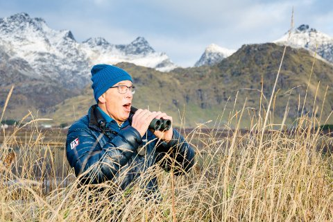 FUGL I SIKTE: Ole Lykke Henriksen ser noe spesielt på hver tur han er på. Her er vi ved Saltisen på Vestvågøy, et eldorado for fjærkledde vesener av mange slag.