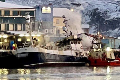 Båten lå til kai da den begynte å brenne.