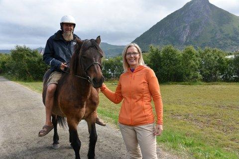 VANT INSTRUKTØRPRIS: Markedssjef ved  Museum Nord/Lofotr Næringsdrift AS, Hege Anita Eilertsen, vant FOKLOs instruktørpris 2020. Her sammen med Terje Bøe.