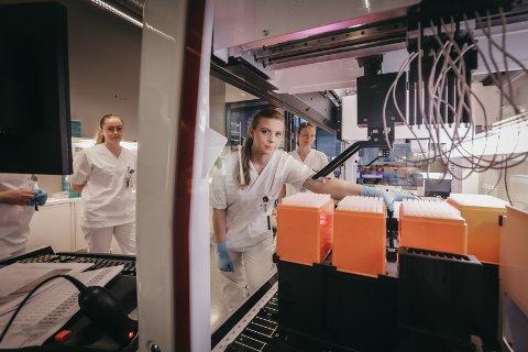 Regina Sørensen, Anne-Beate Rasmussen og Guro Stødle ved molekylærbiologisk enhet ved Nordlandssykehuset i Bodø, hvor koronatester analyseres.