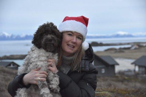FREIA: Linda og Freia nyter friheten og den praktfulle utsikten fra hytteterrassen. Skuldrene senkes, julefreden gjør sitt inntog. Foto: Eirik Eidissen