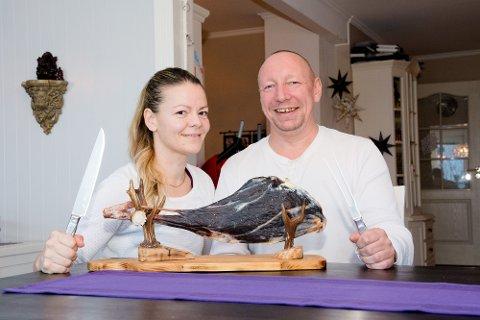 JEGERPAR: Stine Malen Johnsen (40) og Ketil Langstrand Hansen (45), som bor på Leknes, elsker smaken av rådyr. På lillejulaften spiser de grøt, med paprikapotetgull og spekelår av rådyr som tilbehør.