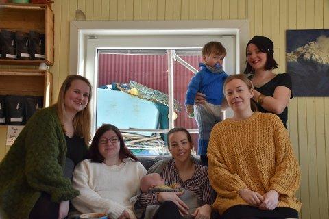 Vekst: Flere barn i bygda gir mer behov for barnehageplass. Ida Kristiane Smith-Jensen (t.v) er blant foreldrene som håper det blir en løsning for barnehagen i august. Her sammen med flere nybakte foreldre fra en reportasje fra Laukvik i fjor.