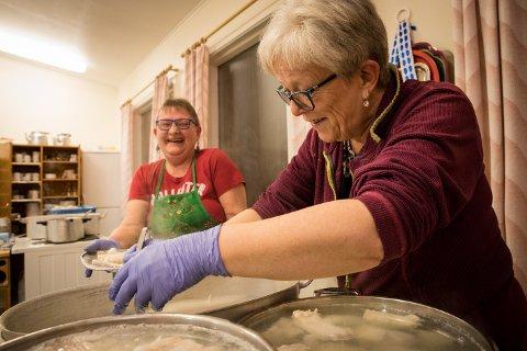 Greta Vikjord, og Evelyn i bakgrunn: god stemning i kjøkkenet.