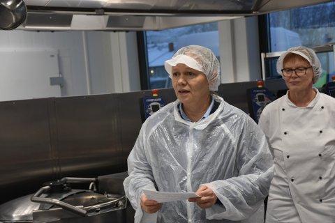 BER OM KOKKER: Anne Sand er styreleder i Lofoten Samdriftskjøkken AS, og ber kokker som kan tenke seg å stille opp i en krisesituasjon om å melde seg. Dette bildet er fra den offisielle åpningen i fjor høst.