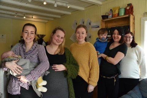 Kritisk: Kate Kjosnes (fremst) fikk Selma 30. januar i fjor. Her sammen med Ida Kristiane Smith-Jensen , Sofie Pedersen, Ylva Strøm og Vivian Hennie Eilertsen fra mars i fjor  der de fortalte om babyboom i Laukvik. Nå er de bekymret for barnehageplass i bygda.