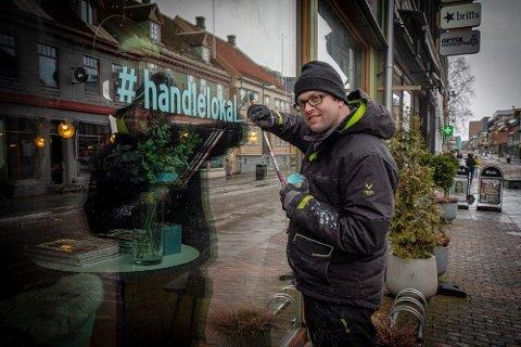 - MIN DEL AV DUGNADEN: Den permitterte skiltmaleren Kristian Gundersen bruker de ledige dagene til å jobbe dugnad for sentrumsbutikkene.
