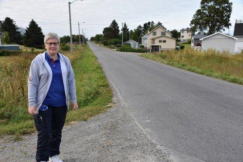 PÅ TIDE: Inga-Lill Brekka Jensen er glad for at Sjøveien nå blir skiltet som 50-sone.