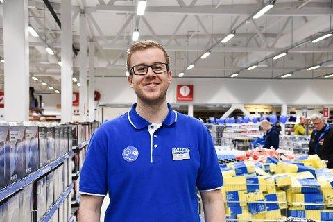 FORNØYD: Tross et samfunn i krise, går driften godt ved Biltema i Svolvær. Det er varehussjef Martin Nicholls selvsagt glad for.
