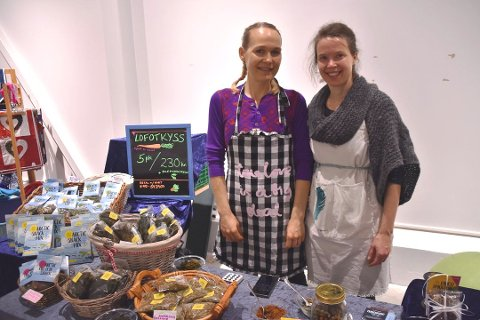Lofotkyss:  Monica Holand(th)  solgte produktene fra messer og butikker. Her er hun sammen med Beate Carina Lakselvhaug på en messe på Leknes.