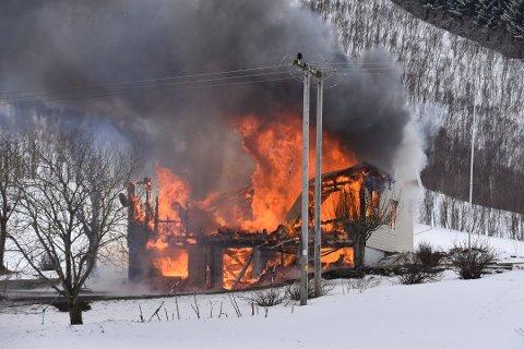 BRANT: Familien mistet alt da huset på Alstad brant ned.
