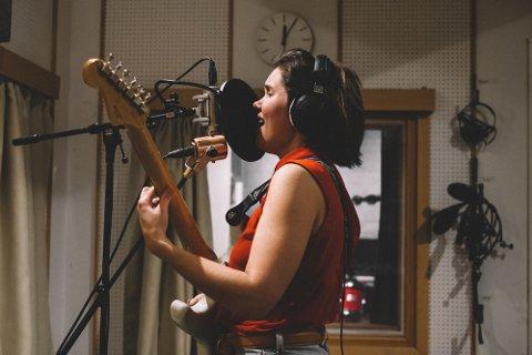 Mer musikk: Bente Kristine Lorentzen har gitt ut sine to første singler som Miss Nöyd. Nå venter det mer musikk etter et besøk i Store Studio i Bodø med musikere fra Lofoten.