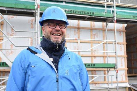 Åpning: I fjor gledet rektor ved Strauman oppvekstsenter, Svein-Arne Hansen, seg til åpninga av det nye bygget. Nå gleder han seg til å ta i mot de eldste elevene som kommer på mandag.