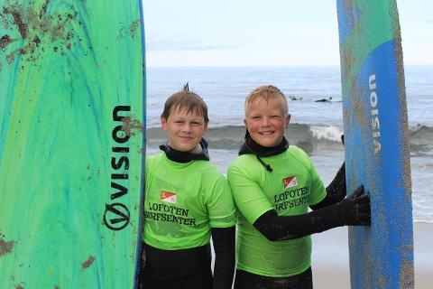 Kristoffer Solhaug (12) og Lukas Knutsen (12) var to av deltakerne i Qlturas surfekurs.