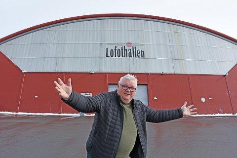 PARKERING: Daglig leder ved Lofothallen AS, Roger Larsen, bringer nyheten om at det nå blir bobil- og caravanparkering ved Lofothallen.