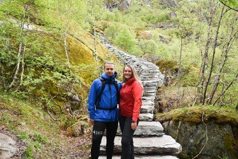 POPULÆRT: Studentene Håkon Sverdrupsen (22) og Synne Haugen (21) fra Porsgrunn besøkte Sherpatrappa i Svolvær i juni, og er to av 54.000 så langt i år.