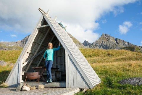 POPULÆRE NORDFJÆRA: Guri Skoglund Windstad har vært utallige ganger i den mye brukte gapahuken som ligger nord for Ramberg. Her leker ungene mens de voksne koker kaffe og griller.