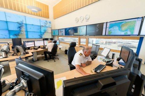 FØLGER MED: Til enhver tid er Vardø sjøtrafikksentral bemannet av to maritime trafikkledere som overvåker skipstrafikk i sitt tjenesteområde.