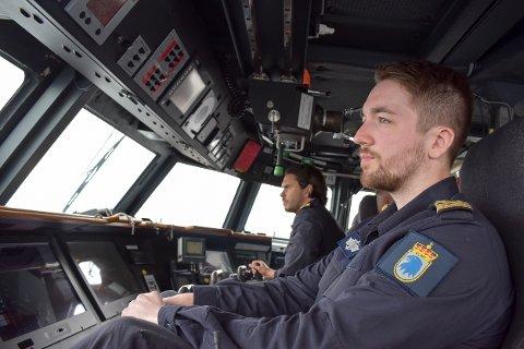 KONSENTRERT: Peter (nærmest) og Truls er navigatører om bord på KNM Skjold. De ønsket ikke at vi skulle bruke etternavnene deres i saken.