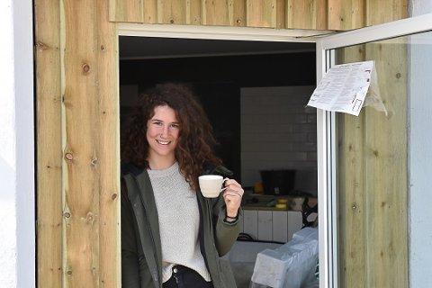 MÅ VENTE: Zuzaneta «Suzie» Slovakova (25) sier at 1. september er den nye datoen for kaféåpning på Tangstad.