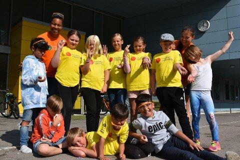 FORSKERLAB: Denne gjengen deltok på Forskerfabrikkens sommerskole i Svolvær ifjor. (Bak fra venstre: Sami, Rebekka, Sunniva, Mia, Linea, Maria, Sivert, Hanna og Linnea. Foran fra venstre: Aleks, Isak, Trym, Sulliman.