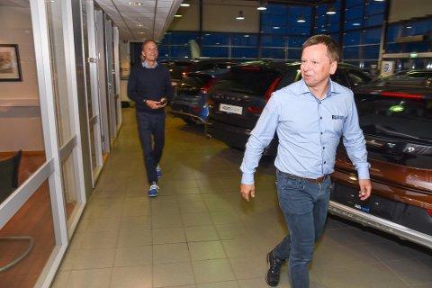 Eiendomssjef Tommy Wårheim Seim forteller om hvorfor E i Nord AS valgte å selge sin eierandel i Evenes Tomteselskap AS. Thor Drechsler (t.v.) er styreleder i E i Nord AS som eies av Drechsler Holding.