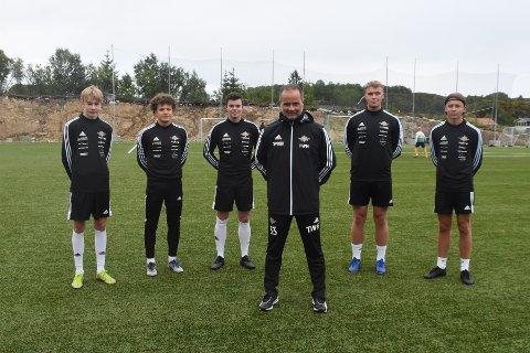 Øst mot vest: FK Lofoten-trener Terje Hansen håper kampen mot Leknes onsdag kan bli begynnelsen på et permanent U20-tilbud i Vågan. Her flankert av spillerne Jonas Johansen, Erlend Antonsen Meløy, Henning Holand, Noah Nygård og Rasmus Drechsler.