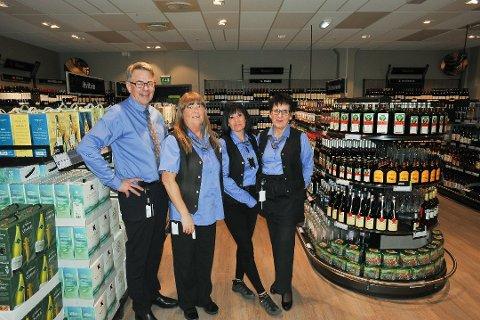 ØKT SALG: Daglig leder Bjørn Brede og de ansatte ved Vinmonopolet i Svolvær har i første halvår hele 16 prosent økning i salget av antall liter alkohol.