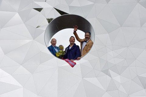 I øyet: Christian Ringnes, kunstner Jeppe Hein og Abid Raja i øyet på kunstverket.