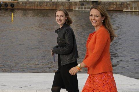 Næringsminister Iselin Nybø og distrikts- og digitaliseringsminister Linda Hofstad Helleland holder pressemøte på operataket om viktige nyheter til reiselivet.