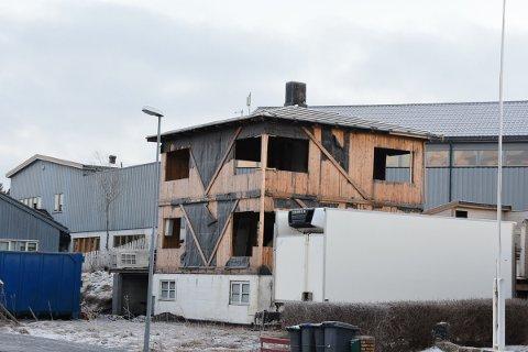 Rives: Dette huset i Kabelvåg skal nå rives, litt over ett år etter det brant.