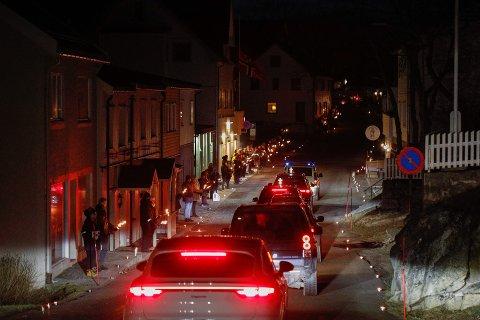 Henningsvær: Folk stod langs husene  med tente fakler og lys mens bilkortesjen kjørte igjennom Henningsvær