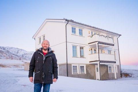 OPP AV ASKEN: For tre måneder siden flyttet Helgi Georgsson inn i det gjenoppbygde huset sitt på Rise, som brant i 2018. Han kom til Lofoten i 2010 etter å ha mistet alt han eide under bankkrisa på Island.