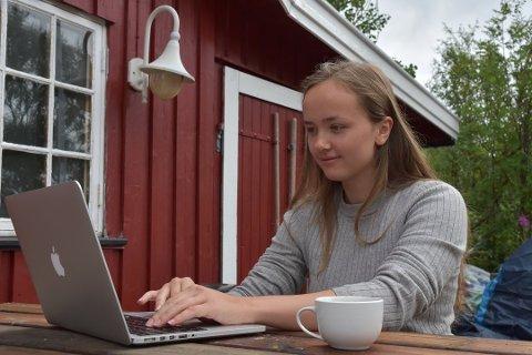 """LAGDE APP: Lisa Sowerby (22) lagde i sommer reiselivsappen """"Utforsk Lofoten"""". Nå har 22-åringen endelig lansert Android-versjonen av appen."""